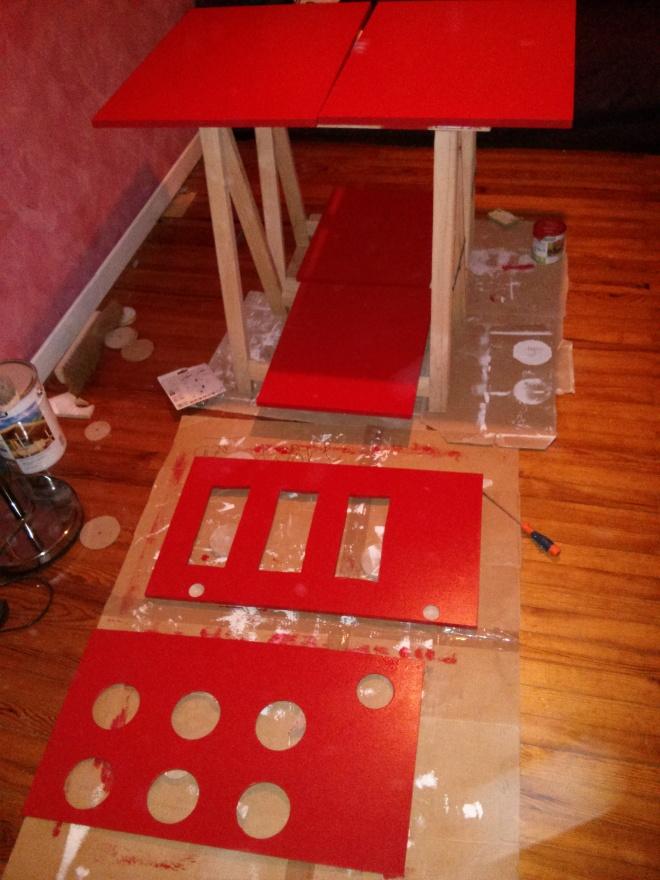 Peinture en rouge/rouge n°3 de chez Luxens. Au début je voulais tenter la laque, mais c'était trop de boulot. Et puis le résultat est là :-)